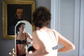 Adorabili amiche: Jane Birkin si spoglia sensualmente in una scena del film