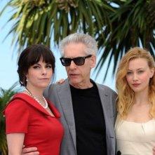 David Cronenberg tra le attrici Sarah Gadon ed Emily Hampshire a Cannes