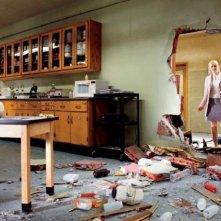 Emma Stone entra in un ufficio semidistrutto in The Amazing Spider-Man