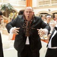 I tre marmittoni: Will Sasso aggredito da un'aragosta in una scena con Sean Hayes e Chris Diamantopoulos