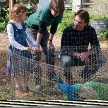 Matt Damon in una scena de La mia vita è uno zoo con i piccoli Colin Ford e Maggie Elizabeth Jones