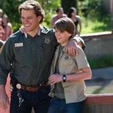 Matt Damon sul set de La mia vita è uno zoo sorride insieme al giovane Colin Ford