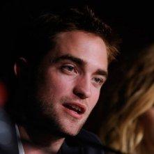 Robert Pattinson a Cannes durante la conferenza stampa di Cosmopolis. Vicino a lui David Cronenberg e Sarah Gadon