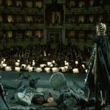 Cristina Marsillach (di spalle) in una sequenza di Opera