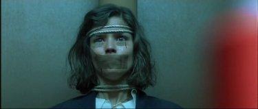 Cristina Marsillach imbavagliata in una sequenza del film Opera (1987)