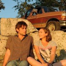 Chace Crawford ed Elizabeth Olsen in una scena di Peace, Love, & Misunderstanding