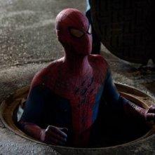 Andrew Garfield sbuca da un tombino in una scena di The Amazing Spider-Man