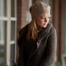 Emma Stone avvolta in un maglione di lana in una scena di The Amazing Spider-Man