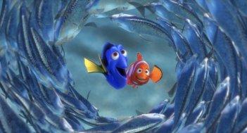 Alla ricerca di Nemo in 3D: Dory e il piccolo Nemo in un tunnel di pesce azzurro in una scena del film