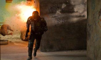 Karl Urban in fuga in una sequenza action di Dredd