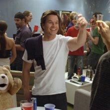 Ted: Mark Wahlberg insieme al suo orsacchiotto ad una festa