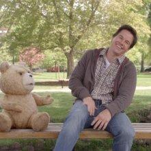 Ted: Mark Wahlberg insieme al suo orsacchiotto su una panchina del parco