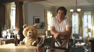 Ted: Mark Wahlberg si fa una birra col suo orso di pelouche