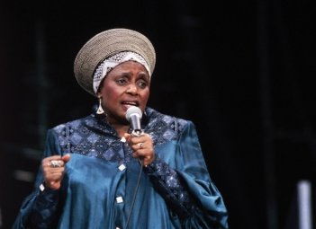 Miriam Makeba in un'immagine tratta dal documentario Mama Africa