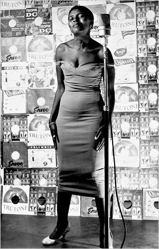 Miriam Makeba in una bellissima immagine tratta dal documentario Mama Africa