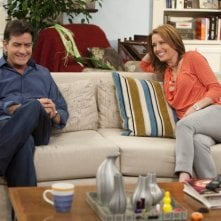 Anger Management: Charlie Sheen e Shawnee Smith in una scena della serie