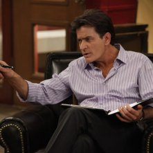 Anger Management: Charlie Sheen in una foto di scena della serie