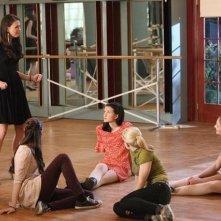 Bunheads: Sutton Foster, Emma Dumont, Kaitlyn Jenkins e Bailey Buntain in una scena della serie
