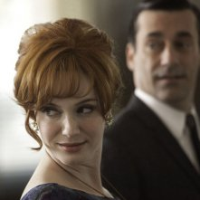 Christina Hendricks e Jon Hamm in una scena dell'episodio Christmas Waltz della quinta stagione di Mad Men