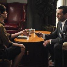 Embeth Davidtz e Jon Hamm nell'episodio The Phantom della quinta stagione di Mad Men
