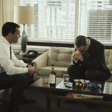 Jared Harris e Jon Hamm nell'episodio Commissions and Fees della quinta stagione di Mad Men