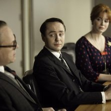 Jared Harris, Vincent Kartheiser e Christina Hendricks nell'episodio Commissions and Fees della quinta stagione di Mad Men