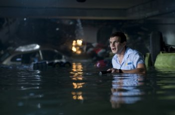 Bait: Alex Russell in una scena del film
