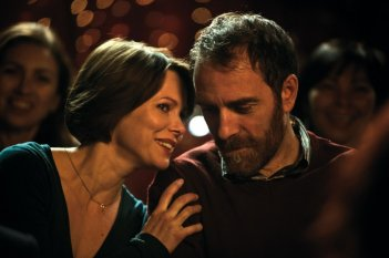 Gli equilibristi: Valerio Mastandrea e Barbora Bobulova in una scena del film