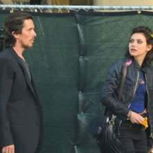 Imogen Poots si rivolge a Christian Bale durante le riprese di Knight of Cups