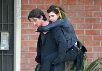Imogen Poots sulle spalle di Christian Bale in una scena di Knight of Cups