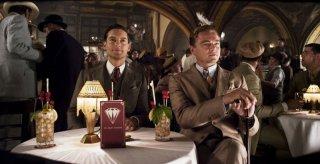 Tobey Maguire e Leonardo DiCaprio in una scena di The Great Gatsby