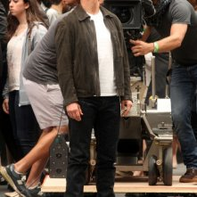 Tom Cruise circondato dalla crew sul set di Oblivion