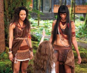 Mackenzie Foy incontra le Amazzoni Tracey Heggins e Judith Shekoni in Twilight Saga: Breaking Dawn - Parte 2