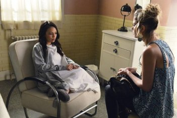 Pretty Little Liars: Janel Parrish ed Ashley Benson nell'episodio Blood Is the New Black