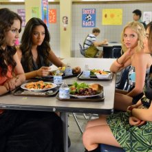 Pretty Little Liars: Troian Bellisario, Lucy Hale, Ashley Benson e Shay Mitchell nell'episodio Kingdom of the Blind