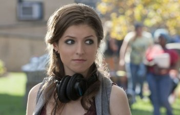 Un primo piano di Anna Kendrick in Pitch Perfect