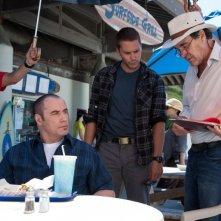 Le belve: John Travolta insieme a Taylor Kitsch sul set del film insieme al regista Oliver Stone