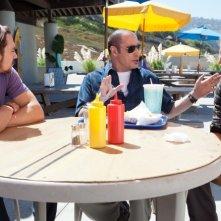 Le belve: John Travolta, Taylor Kitsch e Aaron Johnson in un'assolata scena del film