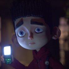 ParaNorman: Norman cerca di farsi luce con il telefono in una scena del film