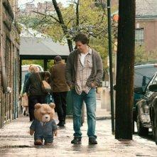 Ted: Mark Wahlberg insieme al suo amico di pelouche a passeggio per la città