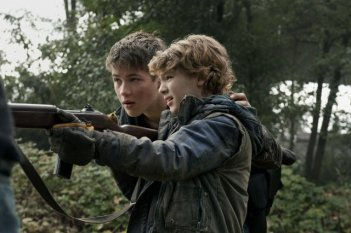 Falling Skies: Maxim Knight e Connor Jessup nell'episodio Worlds Apart