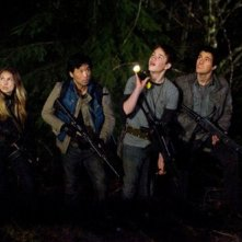 Falling Skies: Sarah Carter, Peter Shinkoda, Connor Jessup e Drew Roy nell'episodio Shall We Gather at the River