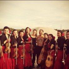 Jessica Alba e Danny Trejo posano con una band di mariachi al femminile sul set di Machete Kills