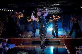 Channing Tatum in Magic Mike con Joe Manganiello (nascosto alle sue spalle) e Matthew Bomer
