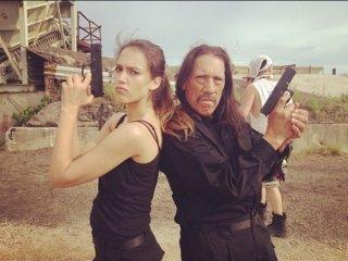 Jessica Alba e Danny Trejo in posa con le pistole sul set di Machete Kills