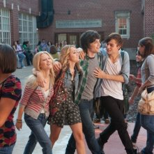 LOL - Pazza del mio migliore amico: Miley Cyrus, Douglas Booth, George Finn e Ashley Hinshaw in una scena del film
