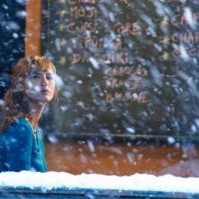 Louise Bourgoin in una malinconica scena di Travolti dalla cicogna