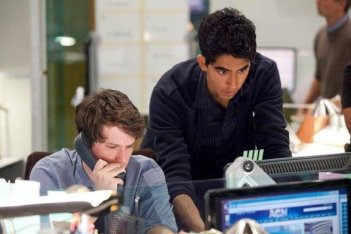 The Newsroom: Dev Patel e John Gallagher Jr. in una scena dell'episodio 'We Just Decided To'