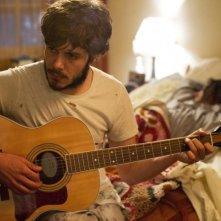 Cercasi amore per la fine del mondo: Adam Brody alle prese con la sua chitarra in una scena
