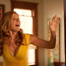 Cercasi amore per la fine del mondo: Connie Britton sorride in una scena del film